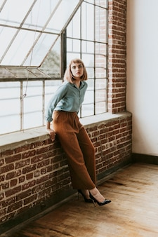 Femme aux cheveux bruns courts dans une chemise en jean