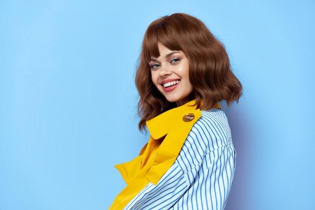 Femme aux cheveux courts modèle de maquillage sourire mode de vie maquillage lumineux