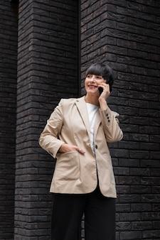 Femme aux cheveux courts parlant au téléphone