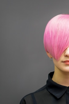 Femme aux cheveux courts rose vif