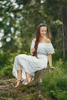 Femme aux cheveux longs. dame en robe bleue. fille avec une nature intacte.