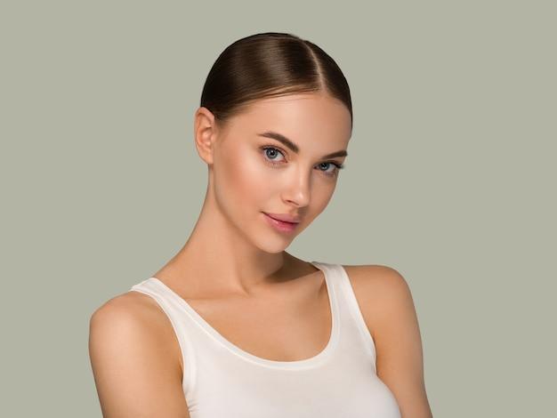 Femme aux cheveux longs et sains avec portrait de visage de peau de beauté de cheveux sains. couleur de fond vert
