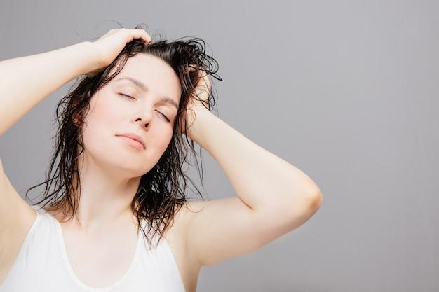 Femme aux cheveux mouillés après une douche