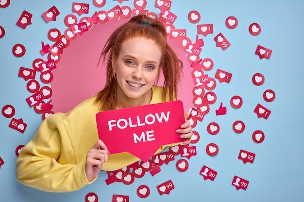Une Femme Aux Cheveux Roux Demande à Suivre Un Blog Sur Internet, Une Femme Mène Une Vie Active Dans Les Médias Sociaux, Recommande De Suivre Photo Premium
