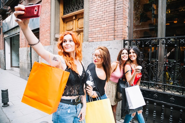 Une femme aux cheveux roux prend ses amis avec ses amis