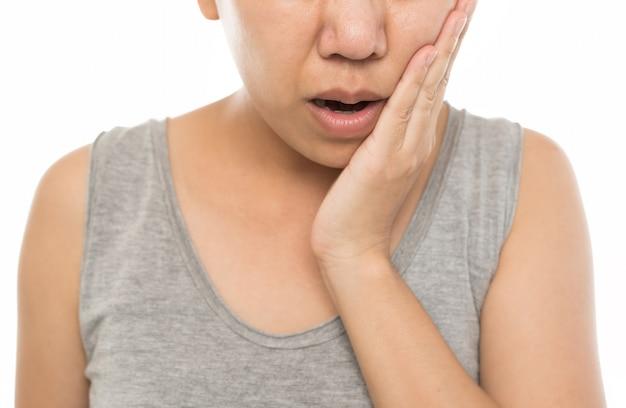 Femme aux dents hypersensibles sur blanc