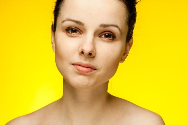 Femme aux épaules nues, les émotions charment la peau claire. photo de haute qualité