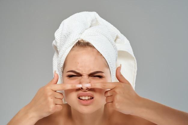 Une femme aux épaules nues fait sortir des boutons sur le visage de l'acné dermatologique