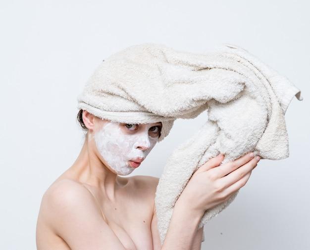 Femme aux épaules nues masque visage peau propre.