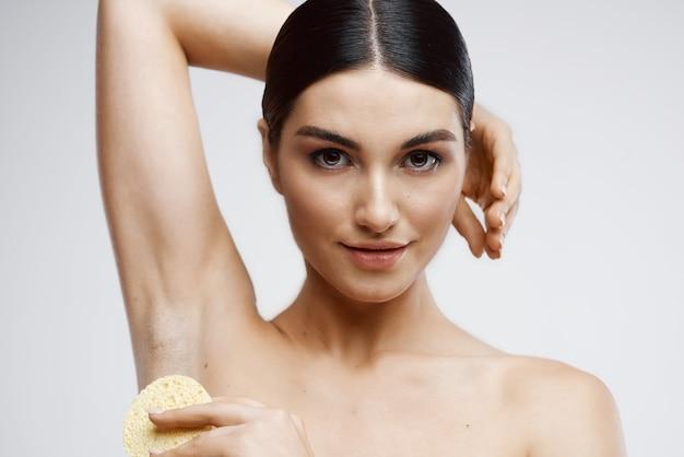 Femme aux épaules nues rajeunissement de la crème de soin de la peau