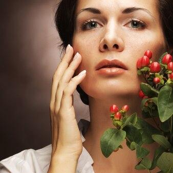 Femme aux fleurs roses