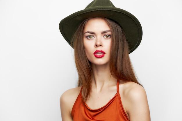 Femme aux lèvres rouges portant un chapeau look attrayant style léger style de vie élégant