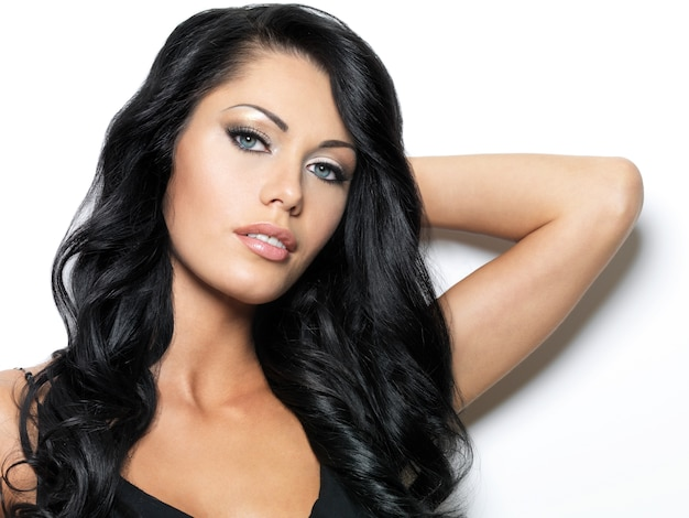 Femme aux longs cheveux bruns de beauté