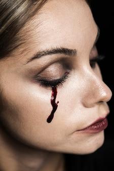Femme aux yeux fermés et maquillage du sang