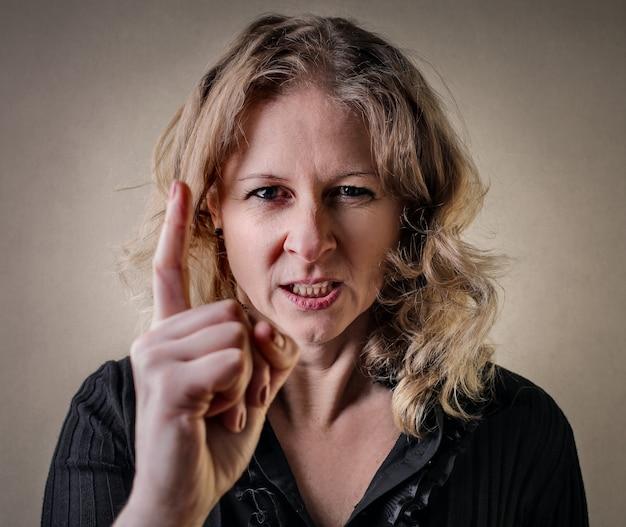 Femme avertissant avec colère