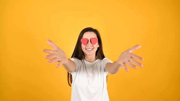 Femme aveuglée par l'amour sur jaune