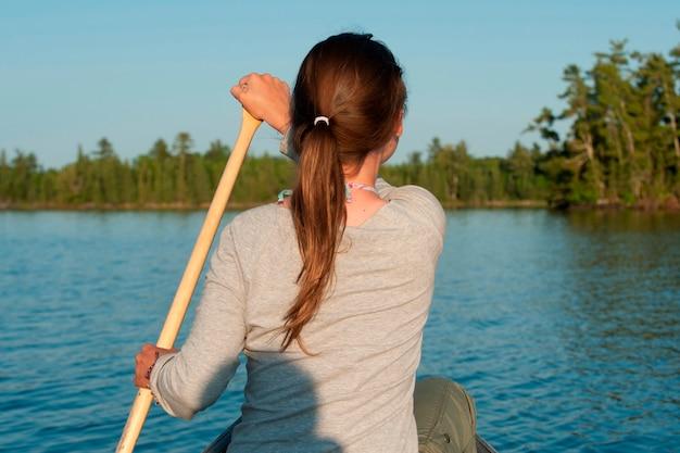 Femme, aviron, bateau, dans, a, lac, de, les, woods, ontario, canada