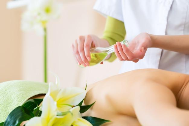 Femme, avoir, bien-être, dos, massage, spa