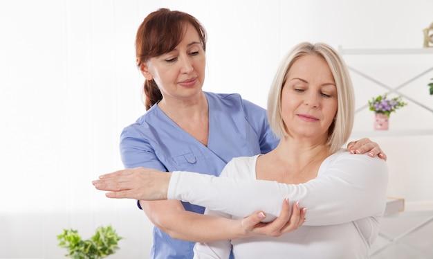 Femme, avoir, chiropratique, dos, ajustement