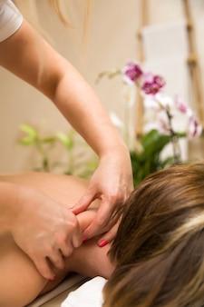 Femme, avoir, cou, massage