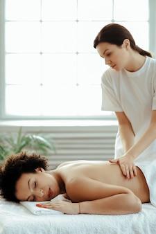 Femme, avoir, dos, massage, traitement