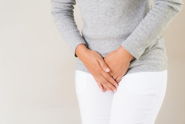 Femme, avoir, douloureux, maux d'estomac, mains, tenue, presser, elle, entre-jambes, bas ventre