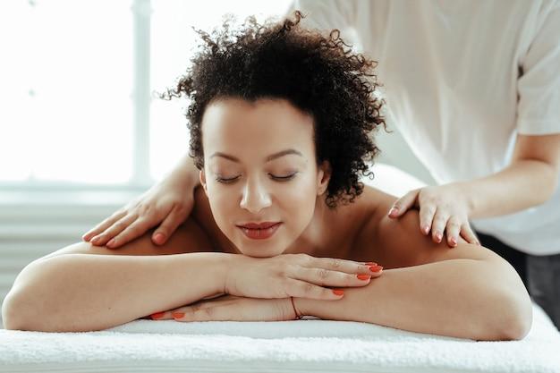 Femme, avoir, épaule, massage, traitement