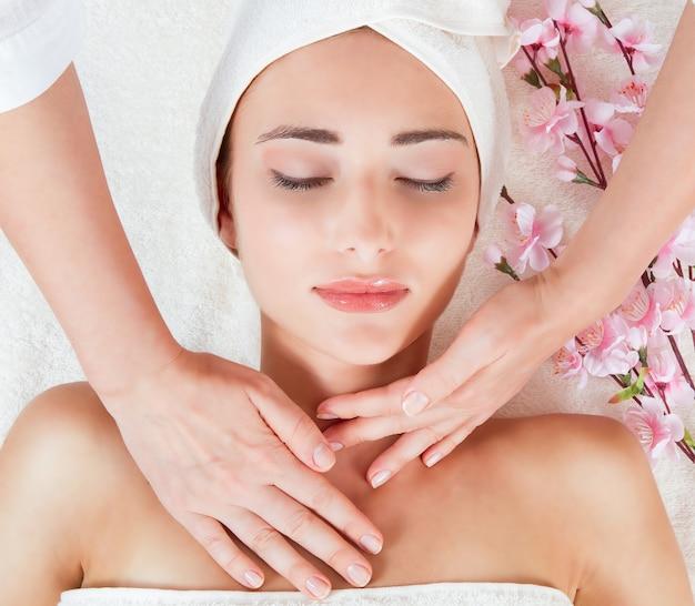 Femme, avoir, massage facial, à, salon