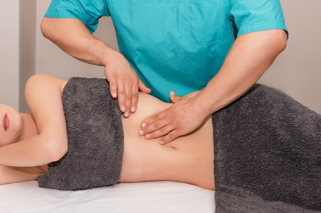Femme ayant un ajustement chiropratique.