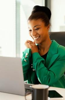Femme ayant un appel vidéo pour le travail
