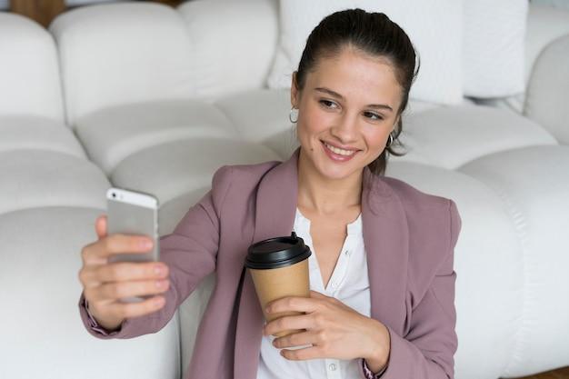 Femme ayant un appel vidéo sur son smartphone