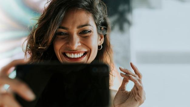 Femme ayant un appel vidéo
