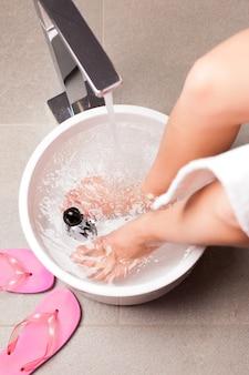 Femme ayant un bain de pieds hydrothérapie