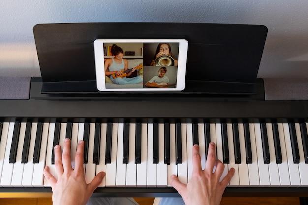Femme ayant un chat vidéo avec des amis et jouant de la musique