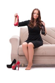 Femme ayant un choix difficile entre les chaussures