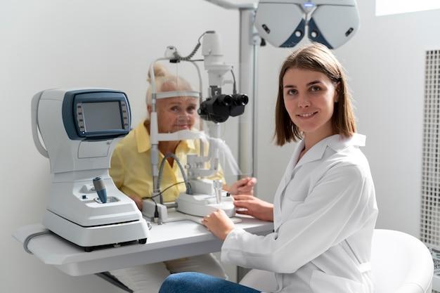 Femme ayant un contrôle de la vue dans une clinique d'ophtalmologie