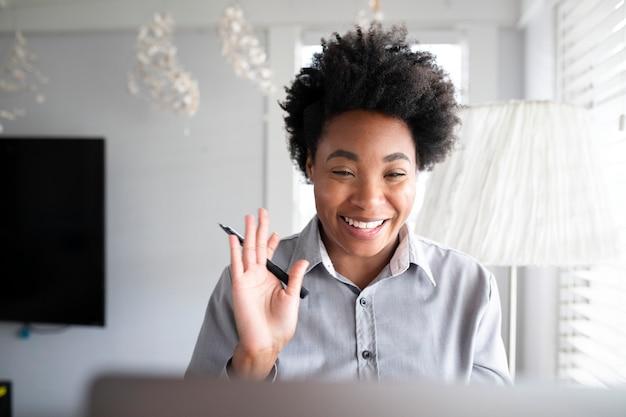 Femme ayant un cours en ligne étudiant via un système d'apprentissage en ligne