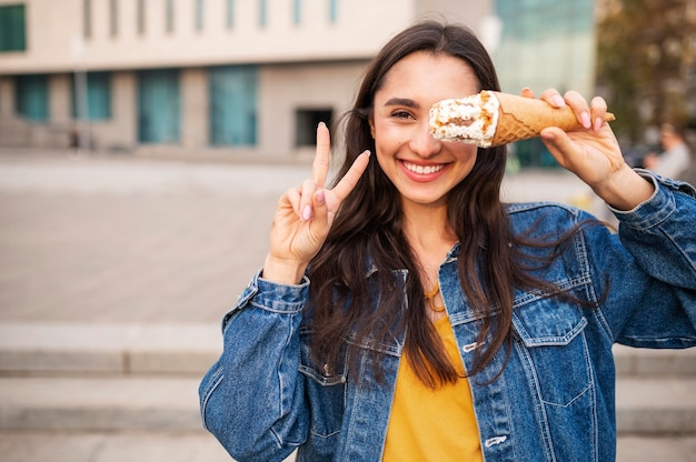 Femme ayant de la crème glacée à l'extérieur avec espace copie