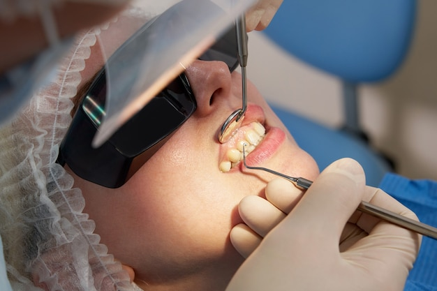 Femme ayant des dents vérifier au bureau de dentiste