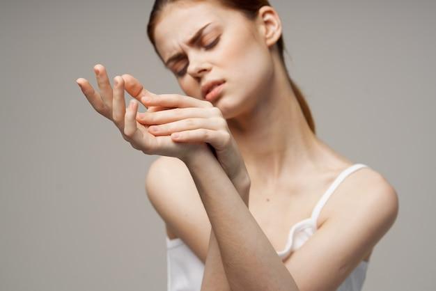 Femme ayant une douleur au poignet