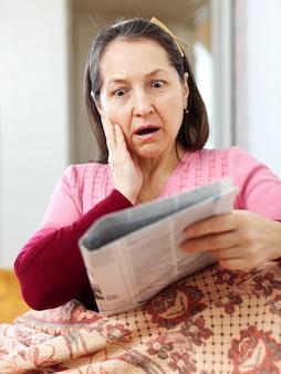 Femme ayant du chagrin après avoir lu des nouvelles