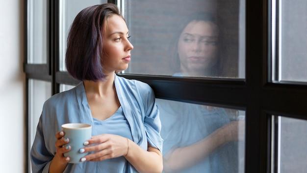 Femme ayant du temps seul à la maison