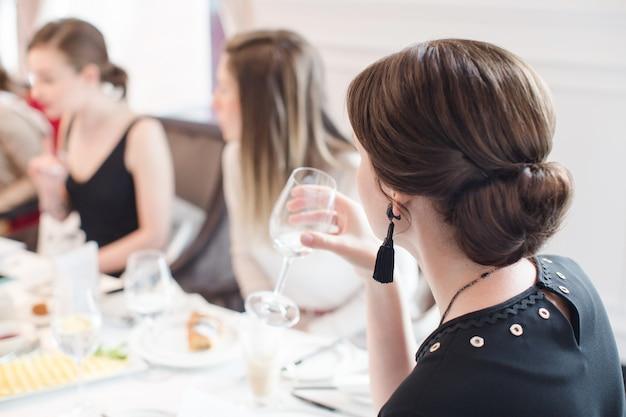 Femme ayant de l'eau sur un banquet