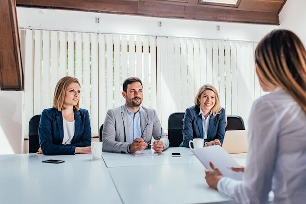 Femme ayant un entretien d'embauche avec des spécialistes des ressources humaines.