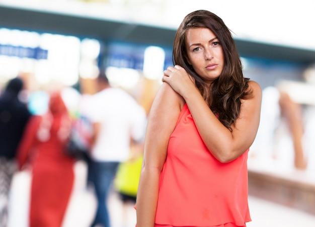 Femme ayant un mal d'épaule