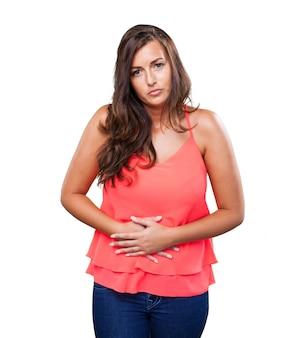 Femme ayant un mal de ventre