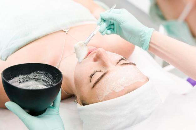 Femme ayant un masque facial nettoyant