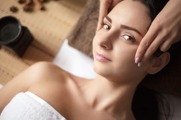 Femme ayant un massage dans un spa