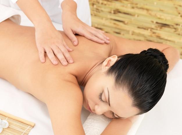 Femme ayant massage du corps dans le salon spa. concept de traitement de beauté.