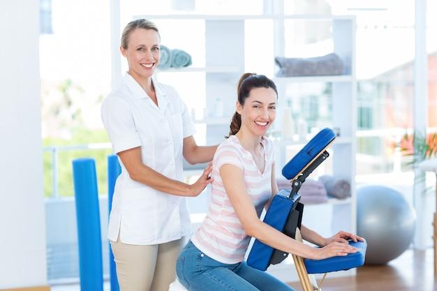Femme ayant massage du dos